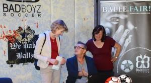 Die Bundestags-Abgeordneten Frau Ulrike Bahr (links) und Dr. Bärbel Kofler (rechts) informieren sich bei Robert Weber über die BAD BOYZ - Fairtradebälle