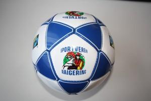 Der Trainings-Leichtball mit 350 Gramm, Modell DYNAMIC WORLD war der Star bei den Kindern des Fußball-Camps des SV Raigering. Ein Ball im Design des eigenen Vereins. Das kommt super an !