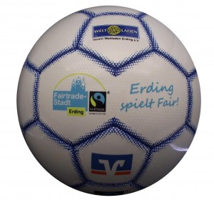 Die Fairtrade-Stadt Erding unterstützt – zusammen mit weiteren örtlichen Sponsoren - Ihre Vereine und Schulen mit MATCH-Fußbällen Modell STAR. Insgesamt wurden 5 unterschiedliche Sponsoren-Logos wurden in dem attraktiven Design integriert.